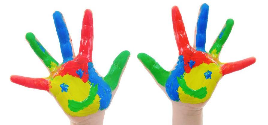 Manos pequeñas manchadas con pintura de dedos de colores rojo, amarillo, azul y verde.