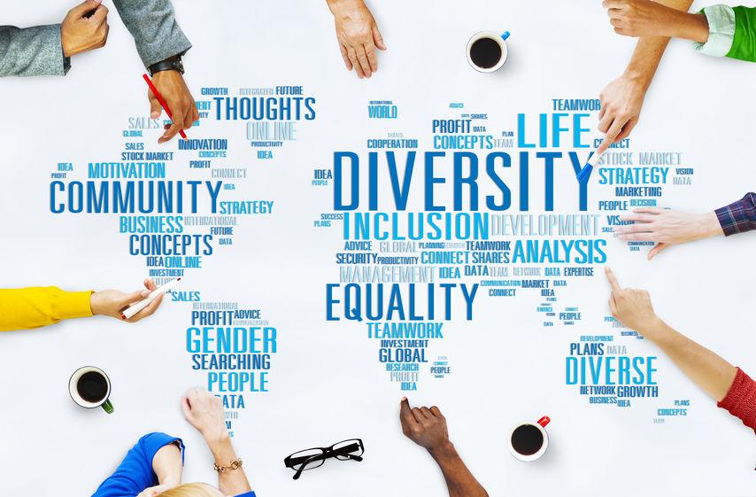 Mapa mundial con conceptos como diversidad, inclusión e igualdad.